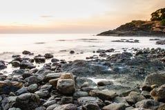 Färgrik tropisk solnedgång i havet Arkivbild