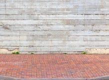 Färgrik trottoar och grå färgvägg royaltyfri fotografi