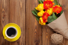 Färgrik tulpanbukett och kaffekopp Royaltyfri Bild