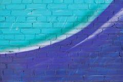 Färgrik turkos, violeten och vit målade tegelstenväggen royaltyfri fotografi