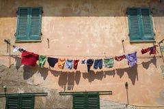 Färgrik tvätteri som hänger på klädlinje i Portoferraio, landskap av Livorno, på ön av Elba i den Tuscan skärgården av arkivfoto