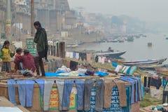 Färgrik tvätteri ut som ska torkas, Varanasi, Indien Arkivbild