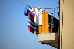 Färgrik tvagning eller tvätteri som ut hänger för att torka i solen på ett b royaltyfri fotografi