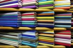 färgrik tygförsäljning Royaltyfria Bilder