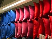 Färgrik tygkudde på hyllor i shoppinggalleria Royaltyfria Bilder