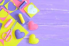 Färgrik uppsättning för filthjärtagarnering, hemslöjdtillförsel på träbakgrund med kopieringsutrymme för text Handgjorda romantis Arkivbild