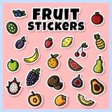 Färgrik uppsättning för fruktklistermärkear Samling av plana etiketter för frukt stock illustrationer
