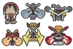 Färgrik uppsättning för vektor av musiktemaemblem Isolerade emblem, logoer, baner eller klistermärkear med gitarrer, mikrofoner o Arkivfoton