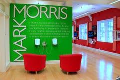 Färgrik utställning, med stolar och högtalare som lyssnar till ljudsignal på Marks Morriss liv av dansen, dansmuseum, Saratoga, 2 Arkivbilder