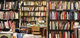 Färgrik vägg av böcker på shelfsna i ett boklager av Bolognastaden royaltyfri foto