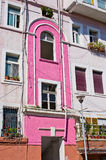 Färgrik vägg i medelhavs- land Royaltyfri Foto