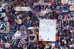 Färgrik vägg som täckas med förälskelsemeddelanden, hus för Juliet ` s, slut Royaltyfri Bild