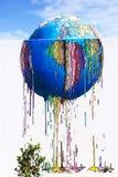 Färgrik värld som smälter - grafittigatakonst, Djerba ö, Tunisien Royaltyfri Bild
