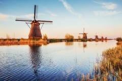 Färgrik vårdag med den traditionella holländska väderkvarnkanalen i Rotterdam Träpir nära sjökusten holland Arkivfoton