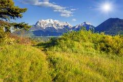Färgrik vårmorgon på den Le Drac dalen Arkivbild