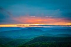 Färgrik vårsolnedgång över den blåa Ridge Mountains som ses från arkivbilder