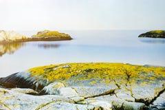 Färgrik vårsolnedgång från den Giallonardo stranden, Sicilien royaltyfria bilder