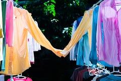 Färgrik våt kläder som hänger på stålklädstrecket för att torka vid värmen av solen Söta par av skjortabegreppet Lyckligt arkivfoto