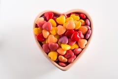 Färgrik valentindaggodis i keramisk bunke Royaltyfri Bild