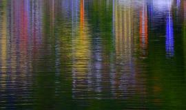 Färgrik vattenreflexion av byggnader arkivbilder