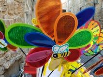 Färgrik vindflöjelstall i gatan arkivfoton