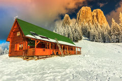 Färgrik vintersolnedgång och skydd, Carpathians, Transylvania, Rumänien, Europa royaltyfri foto