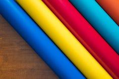 Färgrik vinyl rullar på träbakgrund Arkivfoton