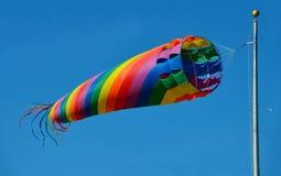 Färgrik windsock för snurrhavstrand Arkivbild