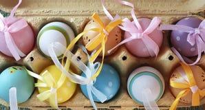 Färgrika ägg i en ask 2 Arkivbild