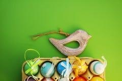 Färgrika ägg i en ask Royaltyfri Foto