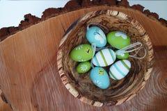 Färgrika ägg - träbakgrund Arkivfoton