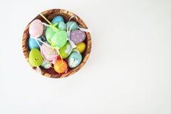 Färgrika ägg - vit bakgrund Arkivfoto