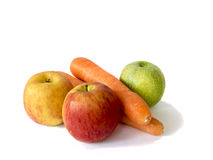 Färgrika äpplen och morötter royaltyfri bild