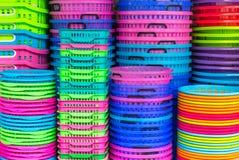 Färgrika återanvända plast-hinkar Arkivbild