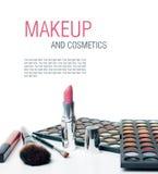Färgrika ögonskuggor, läppstift och makeup borstar arkivbild
