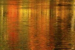 Färgrika abstrakta reflexioner av nedgånglövverk, Farmington flod Royaltyfria Foton