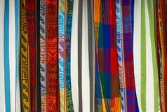 Färgrika Anderna textiler på den Otavalo marknaden, Ecuador arkivbilder