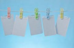 färgrika anmärkningspapperen för blanka klädnypor arkivfoton