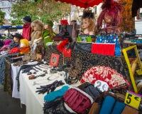 Färgrika använda objekt för kvinnor som visas på en loppmarknad Fotografering för Bildbyråer