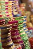 Färgrika armringar för kvinnor arkivfoto