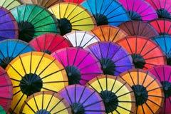 Färgrika asiatiska paraplyer på nattmarknaden i Luang Prabang, Laos Arkivfoton