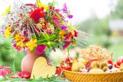 Färgrika Autumn Bouquet, höstgarnering royaltyfri fotografi