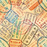 Färgrika avtryckar för rubber stämplar för visum för internationellt lopp på gammalt papper, sömlös modell stock illustrationer
