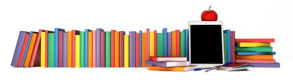 Färgrika böcker, minnestavla, skolatillförsel och ett äpple Arkivfoto