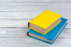 Färgrika böcker på den vita trätabellen Kopiera utrymme för text tillbaka skola till Royaltyfria Bilder