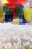 Färgrika bönflaggor över Katmandu Royaltyfri Bild