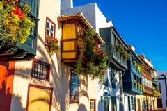Färgrika balkonger i den Santa Cruz staden på den LaPalma ön Arkivfoton