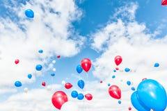 Färgrika ballonger över blå himmel Arkivbilder