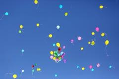 Färgrika ballonger för stort nummer av mot den blåa himlen Royaltyfri Bild