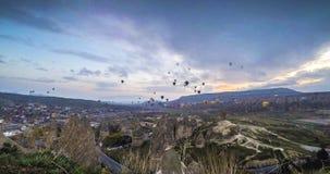 Färgrika ballonger för varm luft för lansering på Cappadocia, Turkiet Vulkaniska berg i den Goreme nationalparken arkivfilmer